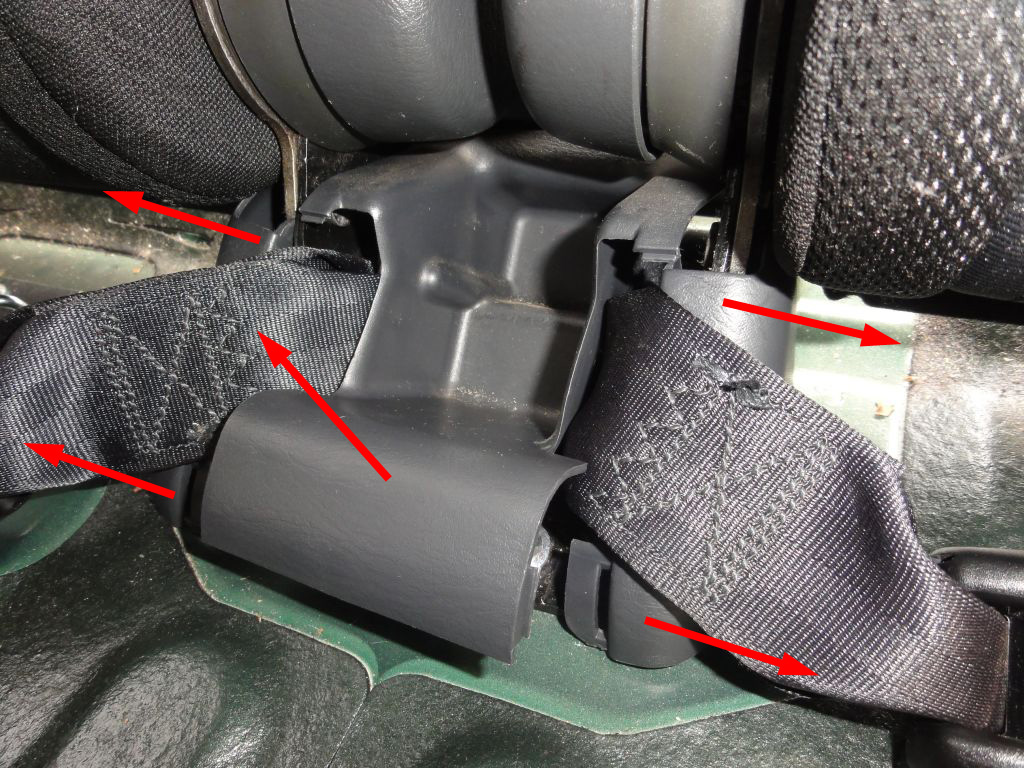 The seat belt trim is divided in two parts. To remove it, start pulling out the center piece. Don't use any tools.